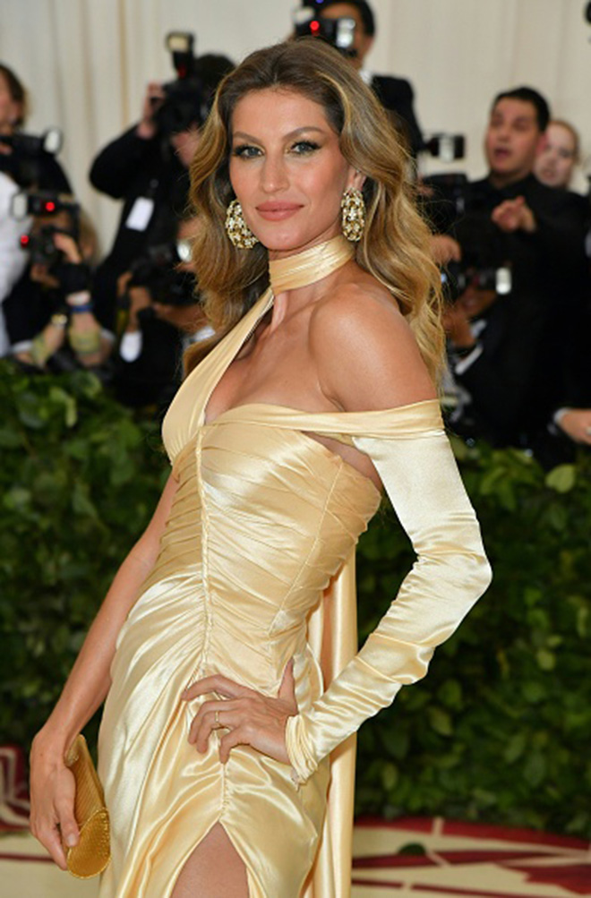 Gisele Bundchen arrives for the 2018 Met Gala on May 7, 2018, at the Metropolitan Museum of Art in New York. (Photo by Angela WEISS / AFP) (Photo credit should read ANGELA WEISS/AFP/Getty Images)